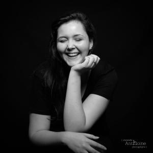 Portrait carré studio photographe noir et blanc couleur Saint brieuc Christelle Anthoine